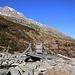 """Gleich oberhalb der Brücke P.1971m über den Bergbach aus dem Seitental """"Val Ursaregls"""" hatte ich den ersten Schneekontakt. Doch vorerst störten die Schneeflecken das Wandern nicht. <br /><br />Weit oben ist der Piz Muttala (2960,7m) zu sehen."""