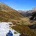 Rückblick aus zirka 2050m nach einem kleinen Aufschwung ins Val Niemet mit den Alphütten auf 1899m.