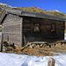 Bei der kleinen Alphütte der Alp Sura (2131m) machte ich nochmals eine Pause. Denn nun wurde es mit dem schweren Rucksack doch etwas mühsam, da ich vermehrt stellenweise in der eigentlich harten Schneedecke einsank. Die Schneeschuhe blieben aber beim Hüttenzustieg auf dem Rucksack angeschnallt.