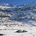 Bei der Alp Sura präsentierte sich mein Gipfelziel Piz Timun / Pizzo d'Emet (3212m) mit seiner schroffen Nordwestseite.<br /><br />In Gratverlauf vom Piz Timun ist der noch auf HIKR unbeschriebene 3000er Guglie d'Altare (3171m) sowie der breite Piz della Palù (3179m).