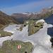 Trotz Schneeauflage war dank zahlreichen Markierungen der Weg von der Alp Sura hinauf zum Pass da Niemet / Passo di Emet kaum zu verfehlen.<br /><br />Hinten grüsste stets am Horizont die flache Pyramide Piz Curvér (2971,8m).