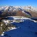 Vom Sattel bei unter den Felsen vom Gratpunkt P.2843m ging es nun über mehrere Aufschwünge hinauf zum Gratvereinigungspunkt P.3024m. Zunächst stieg ich mit Schneeschihen weiter auf wobei ich einige Felsen jeweils meistens südseitig umgehen musste.<br /><br />Am Horizont sind wiederum Piz di Pian (3157m), Pizzo Ferrè (3103m) und Pizzo Tambo (3279,0m) zu sehen.