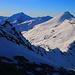 Foto vom Westgatarm unterhalb P.3024m auf den Gratverlauf nach Süden vom Piz Timun / Pizzo d'Emet hinunter zum Passo di Sterla Settentrionale (2830m) und den weiteren Gratgipfel Pizzo di Sterla (2948m) und Monte Mater (3025m). Im Hintergrund steht der mächtige Pizzo Stella (3163m).