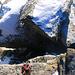 Kurz vor dem Gipfel hatte es einen knapp einen Meter breiten Felsspalt. Er lässt sich aber einfach überqueren, obwohl er auf der anderen Seite deutlich höher ist - vorausgesetzt man ist schwindelfrei :-)