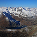 Piz Timun / Pizzo d'Emet (3212m): Gipfelaussicht nach Westen mit dem Pizzo Tambo (3279.0,m) un dem darumter liegenden Stausee Lago di Monte Spluga (1900m).<br />