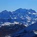 Piz Timun / Pizzo d'Emet (3212m). Aussicht vom Gipfel im Zoom zur Berninagruppe. Vom links nach rechts stehen Piz Tschierva (3545,9m), Piz Morteratsch (3751,4m), Piz Corvatsch (3451,1m), Piz Bernina (4049,1m), Piz Scerscen (3971m) und Piz Roseg (3937m).