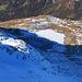 Auf dem Piz Timun / Pizzo d'Emet (3212m): Tiefblick im Zoom vom Gipfel auf den Lago die Emet (2144m).