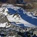 Tiefblick vom Gratvereinigungspunkt P.3024m über den westlichen Gratarm hinunter. Ich stieg so wie ich hochgelaufen war meinen Aufstiegsspuren entlang ab. Allerdings behaltete ich stets die Steigeisen an und die Schneeschuhe blieben an den Rucksack aufgebunden.