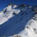 Rückblick aus etwa 2900m vom westlichen Seitgratarm auf den wunderschönen Piz Timun / Pizzo d'Emet (3212m). Rechts ist der Gratvereinigungspunkt P.3024m.