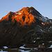Der auf einem Bergweg einfach erreichbare Piz Spadolazzo (2722m) steht in der Abendsonne.