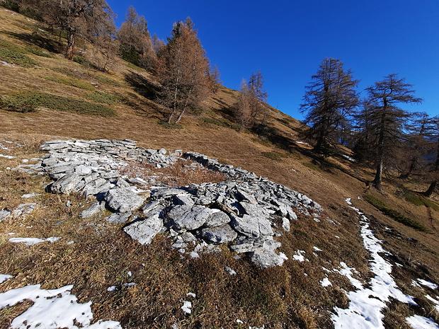 Ruine sans nom à 1947m, 200m à l'ouest du sentier Chäller-Varneralp.