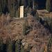 Blick auf die in der Sonne stehende Ruina Cagliatscha (1182m). Über die Höhenburg fehlen Urkundliche Belege über die Entstehung vollständig. Als Erbauer anzunehmen ist ein lokales Geschlecht von Ministerialen der Freiherren von Vaz (1135-1338) oder unter Umständen die angesehene Schamser Familie Panigad. Untersuchung eines Lärchenbalkens ergab eine Erbauungszeit um das Jahr 1265.