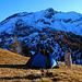 Am Nachmittag wurden der Schatten des Zeltes immer länger während die Nordseite vom Piz la Tschera (Westgipfel 2627,4m; Hauptgipfel 2663m) wohl monatelang kein Sonnenlicht abbekommt.