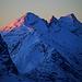 Auch den letzte Woche bestiegene Piz Timun / Pizzo d'Emet (3212m) und die davor stehende Gipfel Guglie d'Altare (3171m) und Piz della Palù (3179m) wurden von den ersten scheuen Sonnenstrahlen erreicht.<br /><br />Tourenbericht Piz Timun: [https://www.hikr.org/tour/post159184.html]