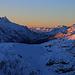 Aussicht etwas oberhalb vom Sattel beim Curvér Pintg da Neaza ins Val Niemet, durch das ich vor einer Woche den Piz Timun / Pizzo d'Emet (links oben; 3212m) bestieg. Am Talende ist der Übergang Pass da Niemet / Passo di Emet (2294,6m) zu sehen nach Italien. Vor dem Piz Timun steht der hell beleuchtete  Piz della Palù (3179m). Auf der rechten Talseite sind Piz Por (3028m) und Piz Muttala (2960,7m).