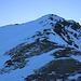 Zwischen etwa 2750m und 2900 ist der Nordwestgrat etwas flacher. Bei meiner Begehung war er nahezu schneefrei und oft kommte ich auf dem unmarkierten Bergweg gehen. Zum Gipfel vom Piz Curvér (2971,8m) dauerte es jedoch noch eine halbe Stunde.