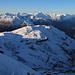 Zum Gipfel hin weitete sich die Aussicht enorm und der Piz la Tschera (Ost oder Hauptgipfel, 2663m), welcher vom Biwakplatz aus mit seiner winterlichen Nordflanke so eindrücklich erschien, erschien nunmehr nur noch als kleinerer Hügel.