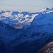 Piz Curvér (2971,8m): Gipfelaussicht im Zoom über den Pass da Niemet / Passo di Emet (2294,6m) nach Italien ins Valle Spluga. Rechts sind Piz di Pian (3157m) und Pizzo Ferrè (3103m).