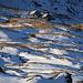Tiefblick im Zoom auf die Alp Neaza (2229m) vom Piz Curvér Nordwestgrat.