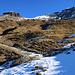 Rückblick von der Alp Neaza (2229m) auf den Piz Curvér (2971,8m) mit seinem Nordwestgrat linkerhand. Meine Route führte in den Sattel (zirka 2670m) rechts vom Felskopf Curvér Pintg da Neaza (2720,8m) und dann alles über den Grat. Dies ist auch die einfachste Route auf den Gipfel.