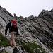 Hinter dem Felskopf geht's hinauf (Seilsicherung) zur ersten Schlüsselstelle