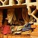 Blutverschmierte Kleidung der abgeschlachteten Tutsis hängt in der Kirche als Mahnmal an den Wänden.