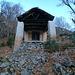 <b>A circa 950 m di quota il sentiero transita sotto il portico della Cappella dei Faggi, la Capèla do Fáo, dove la sosta è favorita dalla presenza di due lunghi sedili di pietra. </b>