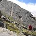 Nach dem kurzen Abstieg vom Aussichtspunkt auf dem plattigen Grat hinter uns, oberhalb Heitbodme