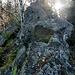 Der Granit hier ist heller und deutlich kantiger verwittert als der im Bühlertal, den wir ja auch sehr [https://www.hikr.org/tour/post154428.html schätzen.] Es handelt sich hier (in lokaler Benennung) um [https://de.wikipedia.org/wiki/Forbachgranit Forbach-Granit].