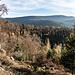 Herrlicher Aussichtspunkt in der nächsten Wegschleife: uns eröffnet sich ein weites, herbstlich gefärbtes Panorama, das sich vom Hohloh im Osten ...