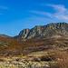Der Hajmel: Nordwestlicher Teil des Bergmassivs<br />Der Weg verläuft durch den breiten Kanal zwischen den Gipfel (L.) & des Grates (R.)
