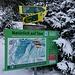 Infotafel am Anfang der Skitour. Skitouren/Schneeschuhläufer-Symbole des DAV markieren die Roue.