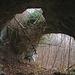 Der Eingang mit der eingestürzten Decke der Brügglihöhle (365m); der Einsturz der Decke erfolgte wahrscheinlich im frühen Holozän, also noch bevor die Höhle von Menschen in der Steinzeit aufgesucht wurde. Sie liegt oberhalb des Eingangs vom Eggflue-Basistunnels und zirka 15m über dem Forstweg. Auf schwach sichtbaren Pfadspuren ist sie unschwierig zu erreichen.