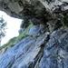 die Felsplatte über der Leiter mit den Bohrhaken und Reepschnüren