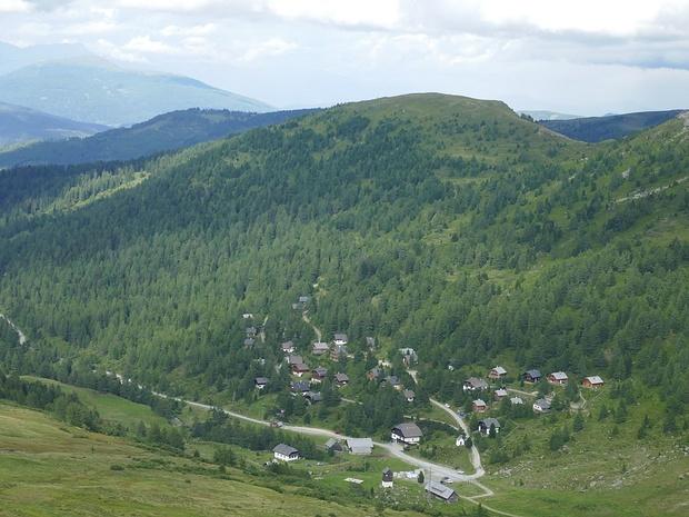 Zoomaufnahme: über der Karner Alm, darüber der erste Gipfel dieser Tour.