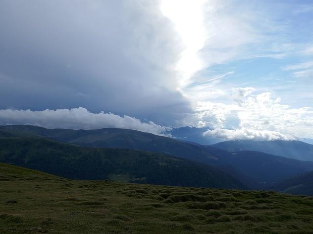 Nicht weit entfernt sieht man Gewitterwolken.