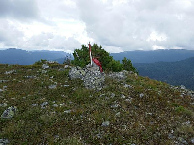 Auf einem namenlosen Gipfel finden sich Markierungen.