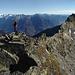 dalla vetta della Cima di Lughezzasca si possono ammirare i monti di Val Bregaglia. In primo piano spicca la vetta del Piz Papalin.