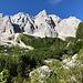 Im Aufstieg Okrešlj und Savinjsko sedlo - Blick zu den Rinke (mehrgipfliges Rinka-Massiv, rechts/mittig). Auch der untere Teil des Turski žleb (schattige Rinne oberhalb des teils begrünten Schuttfeldes) ist zu erkennen.