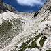 Im Aufstieg Okrešlj und Savinjsko sedlo - Nach dem Überwinden der Steilstufe ist die höhere Karstufe erreicht. Hier müsste auch die Route zur Mrzla gora abzweigen. Unsere nächsten Etappenziele sind derweil an den großen Blöcken angeschrieben.