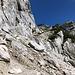Im Aufstieg Okrešlj und Savinjsko sedlo - Relativ unangenehm geht's durch Schutt, Blöcke und brösel-bedeckten Fels über eine Steilstufe.