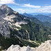Ledinski vrh - Ausblick, u. a. zu Jezerska Kočna und Storžic. Hinten sind auch die Julijske Alpe (Julischen Alpen) mit dem Triglav zu erahnen.