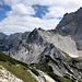Ledinski vrh - Ausblick in Gipfelnähe. Etwa in Bildmitte ist der südlichste Punkt Österreichs zu sehen, rechts die  Koroška Rinka (aka Križ, 2.433 m).