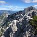 Ledinski vrh - Ausblick. Rechts ist die Mrzla gora zu sehen, hinten (links) das Peca-Massiv (Petzen) mit der Kordeževa glava (Kordeschkopf).