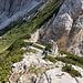 Im Abstieg von der Velika (Koroška) Baba - Über schräge Felsplatten geht's durchaus steil hinab. Unten ist der Sedlo pod Babo zu erkennen.