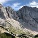 """Am Sattel beim Grenzstein XXII/268 - Blick zur Skuta und zum Ledenik pod Skuto (Gletscher unter der Skuta). Der """"südöstlichste Gletscher der Alpen"""" liegt auf einer Höhe von nur reichlich 2.000 m."""