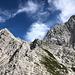 """Am Jezersko sedlo - Blick zur  Koroška Rinka / Križ (rechts). Über den durch die linke Bildhälfte führenden Grat verläuft die Grenze Slowenien/Österreich, dort befindet sich offenbar auch der südlichste Punkt von """"Austria""""."""