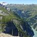 Ausblick aus dem Hochgang: Im Vordergrund das Hus, dahinter die Alp Panarä Obersäss und tief unten der Gigerwald-Stausee