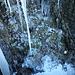 Proprio alla base del punto chiave della foto precedente, c'è un particolare anfratto con esfiltrazione d'acqua che crea delle bellissime forme di ghiaccio