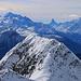 Aussicht vom Eggishorn (2926,7m) zu den Walliser Königsberge: Links ist der Dom (4545,4m), un der Mitte das unverwechselbare Matterhorn (4477,5m) und rechts das Weisshorn (4505,5m) mit der Wolkenfahne.